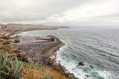 Azoren-Meerblick des Stadt- und Ozeanufers lizenzfreie stockbilder