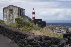 Azoren sikt över fyren på ön Pico Arkivbilder