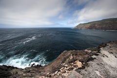Azores apuntalan paisaje marino con las nubes y las rocas oscuras Imagen de archivo libre de regalías