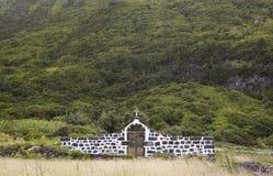 Azores landskap med den lantliga kyrkogården i den SaoJorge ön Portug arkivbilder