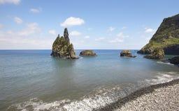Azores linii brzegowej krajobraz z otoczak plażą w Flores wyspie P zdjęcia stock