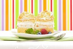 _azotar poner crema torta adornar con baya Imagenes de archivo