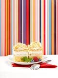 _azotar poner crema torta adornar con baya Foto de archivo
