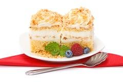 _azotar poner crema torta adornar con baya Fotografía de archivo
