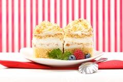 _azotar poner crema torta adornar con baya Imágenes de archivo libres de regalías