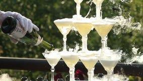 Azote de Pouring Champagne Into Glasses With Liquid de serveur banque de vidéos