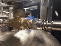 Azote liquide dans un navire avec des murs de vide Valve et canalisation cryogénique photo libre de droits
