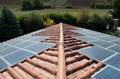 Azotea con los paneles fotovoltaicos Imágenes de archivo libres de regalías