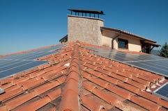 Azotea con los paneles fotovoltaicos Imagenes de archivo