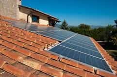 Azotea con los paneles fotovoltaicos Imagen de archivo libre de regalías