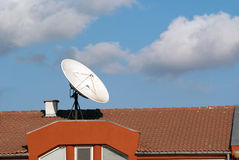 Azotea con un plato basado en los satélites fotos de archivo libres de regalías