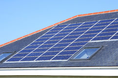 Azotea de la casa de los paneles solares foto de archivo