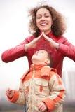 Azotea de la demostración de la madre sobre hijo imagen de archivo