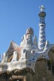 Azotea del mosaico de poco edificio en el parque de Guell. Foto de archivo libre de regalías