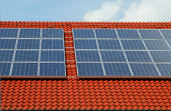 Azotea roja con los paneles solares Imagen de archivo