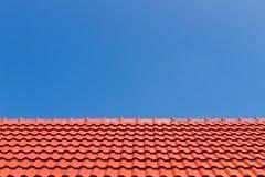 Azotea roja contra el cielo azul Imagen de archivo libre de regalías