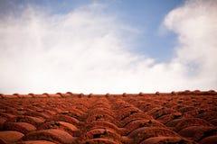 Azotea roja y el cielo. Fotografía de archivo