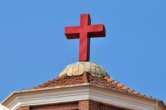 Azotea y cruz de la iglesia cristiana Imagen de archivo libre de regalías