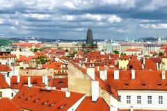 Azoteas de Praga y cielo nublado Fotografía de archivo