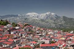 Azoteas rojas de Dorgali bajo la montaña Supramonte (Sa foto de archivo
