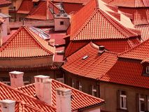 Azoteas rojas, Praga, República Checa imagenes de archivo