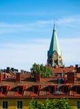 Azoteas rojas y cielo azul imagen de archivo libre de regalías