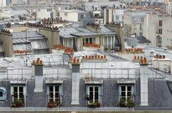 Azoteas y chimenea en la ciudad de París Fotos de archivo libres de regalías