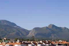 Azoteas y montañas Imágenes de archivo libres de regalías