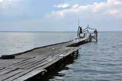 Azov θάλασσα, παλαιά ξύλινη αποβάθρα στοκ εικόνα