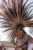 Aztec dansare firar Diameter de los Muertos arkivfoton
