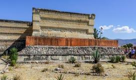 Aztecs ruïnesbezoekers in Mitla royalty-vrije stock fotografie