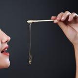Azucarar cuidado de piel del epilation con el azúcar líquido cerca de la cara imagenes de archivo