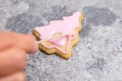 Azucare el paso de trabajo del panadero, la formación de hielo real rosada o helar en un christm fotografía de archivo