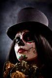 Azucare a la muchacha del cráneo en el tophat que sostiene rosas muertas Imagenes de archivo