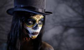Azucare a la muchacha del cráneo en tophat en el bosque Imágenes de archivo libres de regalías