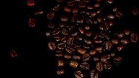 Azucare pored sobre una pila de café Contra fondo negro almacen de video
