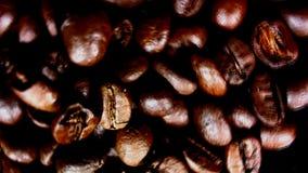 Azucare pored sobre una pila de café Contra fondo negro almacen de metraje de vídeo