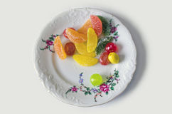 Azufaifa dulce colorida, jalea, caramelo, en una placa - trayectoria de recortes Imagen de archivo