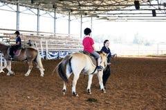 Azufaifas Yakov, Israel - 21 de septiembre de 2016: Lecciones del montar a caballo para los niños Imagen de archivo