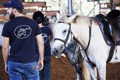 Azufaifas Yakov, Israel - 21 de septiembre de 2016: Lecciones del montar a caballo para los niños Foto de archivo libre de regalías
