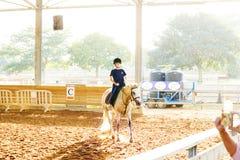 Azufaifas Yakov, Israel - 21 de septiembre de 2016: Lecciones del montar a caballo para los niños Fotos de archivo libres de regalías