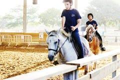 Azufaifas Yakov, Israel - 21 de septiembre de 2016: Lecciones del montar a caballo para los niños Imagenes de archivo