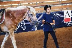Azufaifas Yakov, Israel - 21 de septiembre de 2016: Lecciones del montar a caballo para los niños Foto de archivo