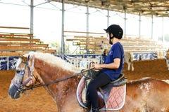Azufaifas Yakov, Israel - 21 de septiembre de 2016: Lecciones del montar a caballo para los niños Fotos de archivo