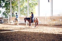 Azufaifas Yakov, Israel - 21 de septiembre de 2016: Lecciones del montar a caballo para los niños Imagen de archivo libre de regalías