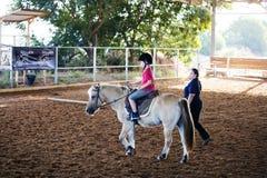 Azufaifas Yakov, Israel - 21 de septiembre de 2016: Lecciones del montar a caballo para los niños Imágenes de archivo libres de regalías