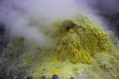 Azufre amarillo que fuma en la montaña del azufre foto de archivo