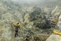 Azufre que lleva del minero en una cesta a la estación del guardabosques en el top para pesar, Indonesia de la montaña Fotografía de archivo libre de regalías