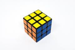 Azul acertado del amarillo anaranjado del cubo de Rubik Fotos de archivo libres de regalías