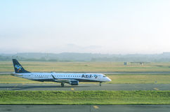Azul Airlines plane preparing to stop at Internacional Afonso Pena airport Royalty Free Stock Photography